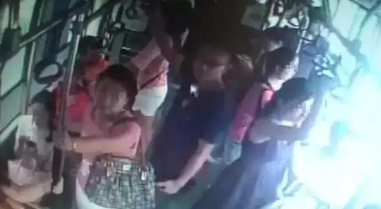 眼镜男公交车上猥亵4名女孩   一个长相斯文、内心猥琐的年轻男子,在郑州一辆公交车上连续骚扰4个女孩。临走时,他还扇了其中一个女孩一巴掌。   从公交公司提供的视频中可以清晰看出,男子上车后眼光乱扫,站在一位年轻女孩身后,下体紧紧贴着女孩臀部,随车辆行进来回摩擦。   约2分钟后,女孩有所察觉,白了男子一眼,走到车厢中部。男子左右看看,把手中的黑色提袋挡在胸前,右手向一名穿红色上衣的女孩身上摸去。见女孩有所察觉,他把头抬起,装作看站点指示牌。接着,男子又来到车厢左侧,俯身在一名长发女孩的胸前,身子不断前