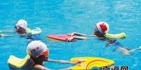 """暑假交份""""游泳作业""""!海南中小学生踊跃参加游泳培训 - 海南新闻中心"""