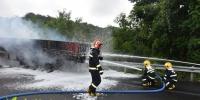 半挂车高速路上着火 琼中消防迅速赶到扑灭 - 海南新闻中心