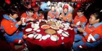 农民工共享年夜饭。 张茜翼 摄 - 中新网海南频道