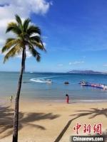 游客在三亚天涯海角景区游览(资料图)。 王晓斌 摄 - 中新网海南频道