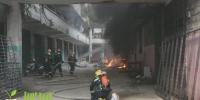 琼中一住宅区面包车着火,火势凶猛!一人还被困在楼内…… - 海南新闻中心