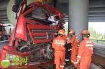海屯高速一卡车撞上桥墩,一人被困…… - 海南新闻中心