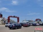 在海口新海港排队等待过海的车辆。 黄艺 摄 - 中新网海南频道
