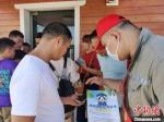 志愿者为未预约司机讲解预约过海相关内容。 黄艺 摄 - 中新网海南频道